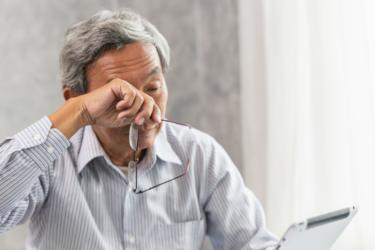 加齢黄斑変性を早期発見!気になる症状と簡単にできる自己チェック法