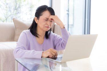 視界に黒い丸や点!飛蚊症、加齢黄斑変性の症状かも。原因、治療、予防法